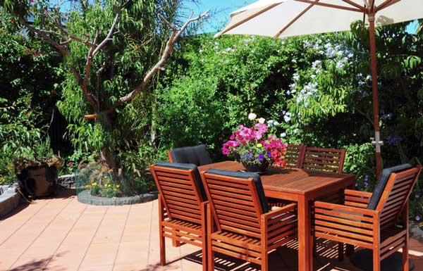 immaculate-garden-furniture-set-up
